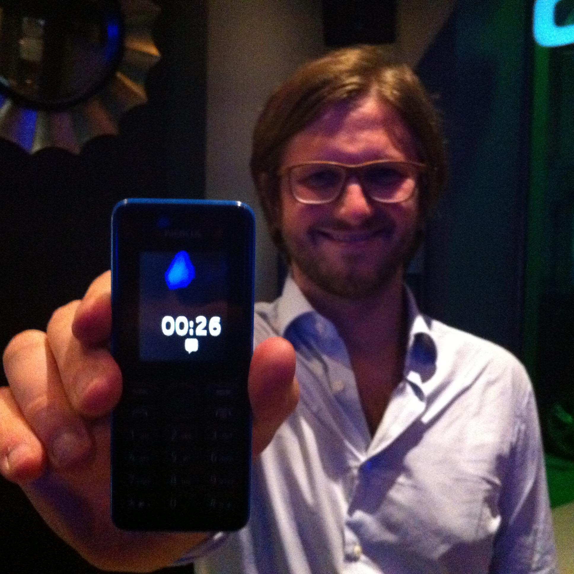 Diego de Amovens con su móvil low tech